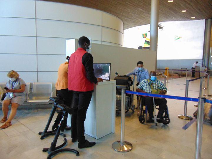 Des passagers passent devant une caméra thermique lors de leur arrivée à l'aéroport Roissy Charles-de-Gaulle,le21 juillet 2020. (FABIEN MAGNENOU / FRANCEINFO)
