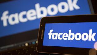 Le logo de Facebook sur un smartphone, à Londres, en novembre 2016. (JUSTIN TALLIS / AFP)