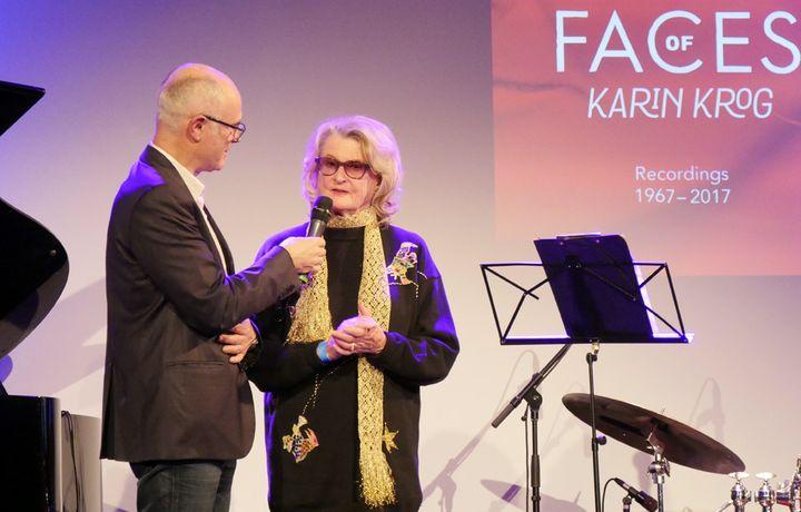 Karin Krog sur la scène du Pan Piper avec François Lacharme, président de l'Académie du Jazz (21 janvier 2018)  (Annie Yanbékian / Culturebox)