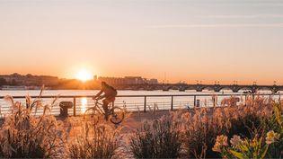 Bordeaux à vélo en longeant la Garonne. (Office de tourisme de Bordeaux)