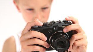Ungarçon avec un appareil photo (image d'illustration). (PHILIPPE TURPIN / MAXPPP)