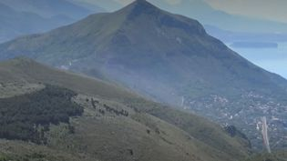 Les autorités italiennes quadrillent toujours les falaises de Policastro pour retrouver le Français Simon Gautier, disparu depuis une semaine lors d'une randonnée en solitaire. (FRANCE 2)