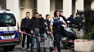 Des policiers à proximité du lieu où un véhicule a foncé sur un groupe de militaires de l'opération Sentinelle, à Levallois-Perret (Hauts-de-Seine), le 9 août 2017. (STEPHANE DE SAKUTIN / AFP)