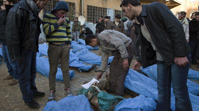Les corps d'au moins 65 jeunes hommes ont été découverts à Alep, la métropole du nord de la Syrie en proie à des combats entre soldats et insurgés, le 29 janvier 2013. (JM LOPEZ / AFP)