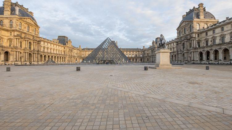 La place devant la pyramide du Louvre, à Paris, le 9 octobre 2020. (SANDRINE MARTY / HANS LUCAS)