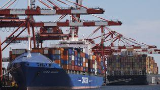 Des cargos dans le port de Newark, dans le New Jersey (Etats-Unis), le 27 juin 2012. (EDUARDO MUNOZ / REUTERS)