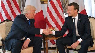 La poignée de mains entre Donald Trump et Emmanuel Macron a été scrutée par les journalistes du monde entier. (MANDEL NGAN / AFP)
