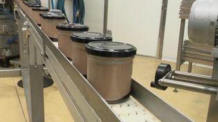 France 2 s'est rendue dans l'atelier de producteurs de crèmes desserts haut de gamme. L'entreprise ne travaille qu'avec des ingrédients locaux. (france 2)