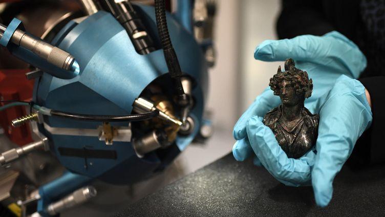 Une sculpture antique analysée par AGLAE rénové, 21 novembre 2017  (STEPHANE DE SAKUTIN / AFP)