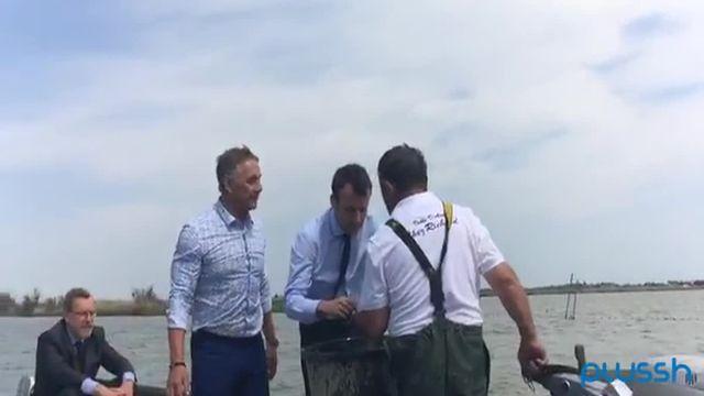 Quand Macron va à la pêche à l'anguille devant les photographes