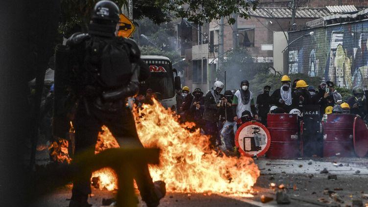 Un policier fait face à des manifestants à Medellín (Colombie), le 2 juin 2021. (JOAQUIN SARMIENTO / AFP)