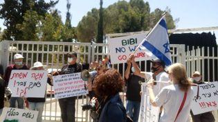 """Une cinquantaine de personnes, essentiellement des officiers retraités de l'armée israélienne, ont manifesté devant la résidence du Premier ministre israélien. Certains se sont enchaînés aux grilles pour dénoncer l'installation d'un gouvernement d'urgence associant Benyamin Netanyahou et Benny Gantz. Ils dénoncent """"la corruption"""" car Netanyahou sera jugé fin mai dans plusieurs affaires politico-médiatico-judiciaires. Jérusalem (Israël), 7 mai 2020. (FRÉDÉRIC MÉTÉZEAU / RADIO FRANCE)"""