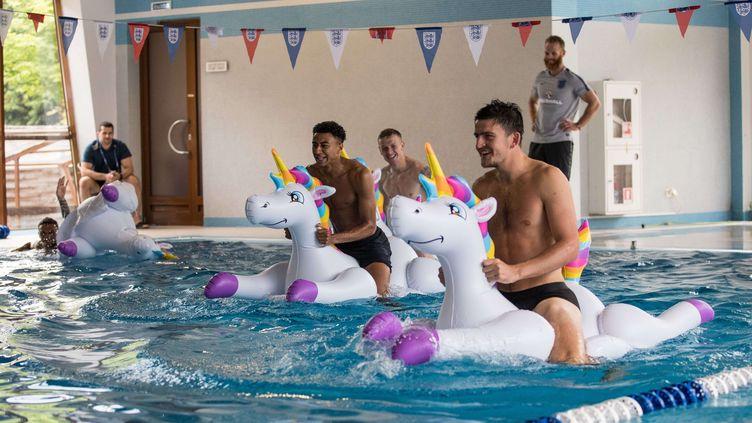 Des joueurs de la sélection anglaise lors d'une séance de récupération dans leur camp de base, près de Saint-Pétersbourg (Russie), le 19 juin 2018. (EDDIE KEOGH FOR FA/SHUT / REX / SIPA)
