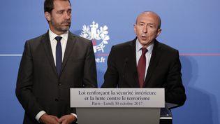 Le ministre de l'Intérieur, Gérard Collomb, et le porte-parole du gouvernement, Christophe Castaner, lors d'un point presse à l'Elysée, le 30 octobre 2017. (CHRISTOPHE ENA / POOL / AFP)