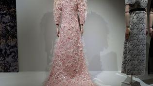 Cette robe Chanel a nécessité plus de 1000 heures de travail (SOPHIE AUVIGNE / RADIO FRANCE)