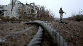 Un militaire ukrainien patrouille prèsd'une mine de charbon détruite, sur la ligne de front avec les séparatistes, dans la région de Donetsk, le 7 novembre 2019. (ANATOLII STEPANOV / AFP)
