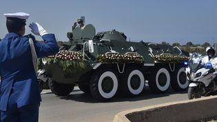 Les forces de sécurité algériennes accompagnent le cercueil de l'ancien président Abdelaziz Bouteflika au cimetière d'El-Alia dans la capitale Alger, le 19 septembre 2021. (RYAD KRAMDI / AFP)