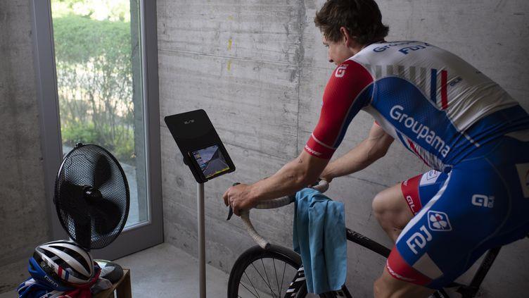 Le coureur suisse Stefan Kueng s'entraîne à domicile pour le Tour de Suisse cycliste virtuel, du 22 au 26 avril. (GIAN EHRENZELLER / KEYSTONE)
