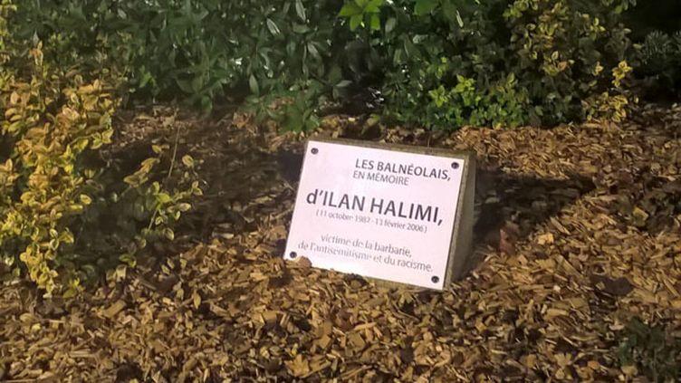 (Une plaque commémorative à la mémoire d'Ilan Halimi © RADIOFRANCE / Thibault Lefèvre)