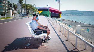 Un couple près d'une plage à Nice (Alpes-Maritimes), le 2 août 2020. (ARIE BOTBOL / HANS LUCAS)