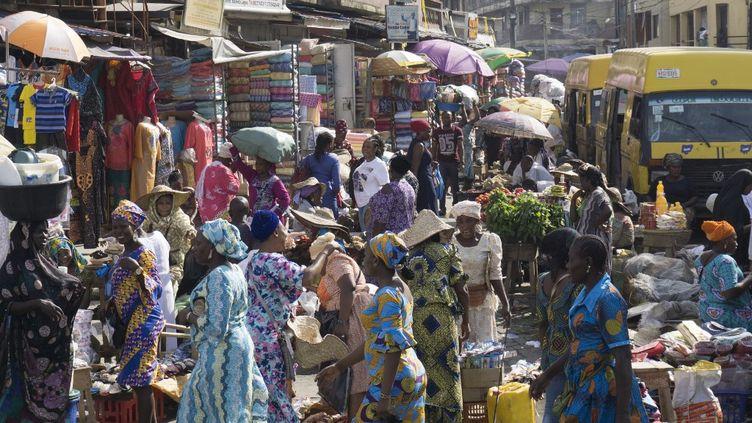 Au marché de Balogun, dans la capitale économique du Nigeria Lagos, le 5 mai 2017. (STEFAN HEUNIS / AFP)