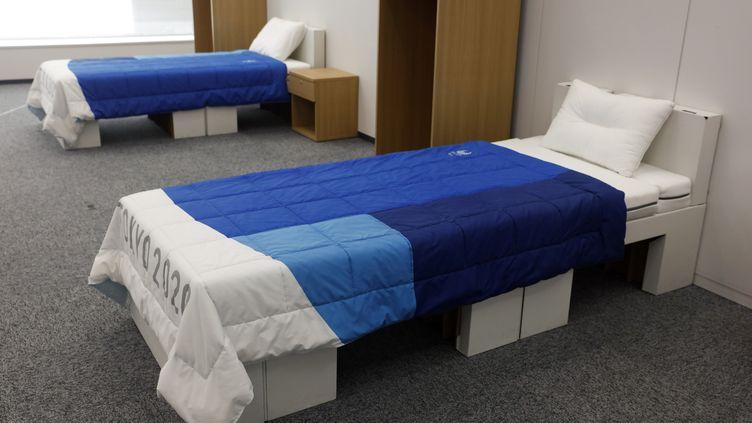 Deux lits en carton pour les athlètes participants aux Jeux olympiques 2021 de Tokyo, le 9 janvier 2020 à Tokyo (Japon). (JAE C. HONG / AP)
