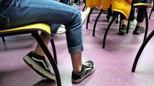 Des collégiens assis sur leurs chaises dans un établissement scolaire. (JEAN-MARC LOOS / MAXPPP)