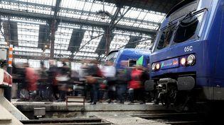 Des passagers gare de Lyon (Paris), le 1er juin 2016. (KENZO TRIBOUILLARD / AFP)