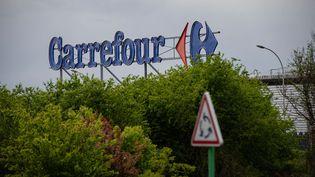 Une enseigne Carrefour à Sartrouville (Yvelines). (HUGO PASSARELLO LUNA / HANS LUCAS / AFP)