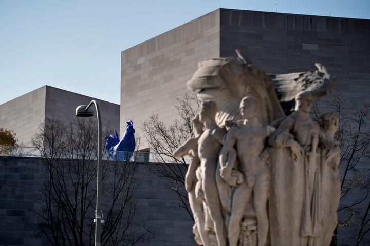 Le National Art Gallery à Washington, conçu par l'architcteIeoh Ming Pei, photographié le 11 décembre 2017. (BRENDAN SMIALOWSKI / AFP)