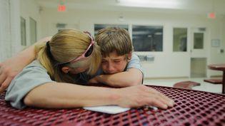 """Vinny, 13 ans, reçoit une visite de sa mère : """"Maman, fais-moi sortir d'ici !"""", lui dit-il. Il se trouve dans un établissement pénitentiaire pour mineurs, à Albuquerque, au Nouveau-Mexique (2012) / crédit photo Isadora Kosofsky. (Isadora Kosofsky)"""