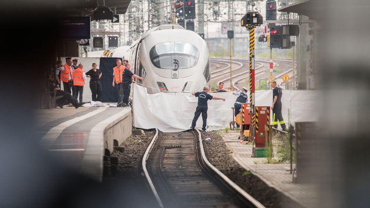La police protège le lieu où un enfant est mort, poussé sur la voie, à la gare centrale de Francfort (Allemagne), le 29 juillet 2019. (ANDREAS ARNOLD / DPA / AFP)