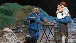 Alessandro Corbelli (Sulpice), Juan Diego Florez (Tonio) et Natalie Dessay (Marie)  (Opéra national de Paris/Agathe Poupeney)