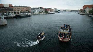 """A droite, le """"Alhadj Djumaa""""dans le port d'Amsterdam (Pays-Bas). Photo postée sur la page Facebook de Lampedusa Cruises. (FACEBOOK.COM)"""