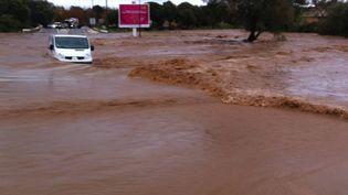 Un véhicule abandonné sur une route inondée à La Londe-les-Maures (Var), jeudi 27 novembre 2014. (MAXPPP)