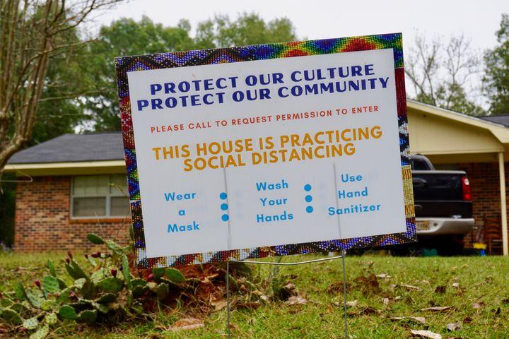 """Un panneau installé à l'entrée d'une maison de la réserve choctaw du Mississippi demandeaux visiteurs de respecter la distanciation sociale pour """"protéger la culture et la communauté"""". (MARIE-VIOLETTE BERNARD / FRANCEINFO)"""