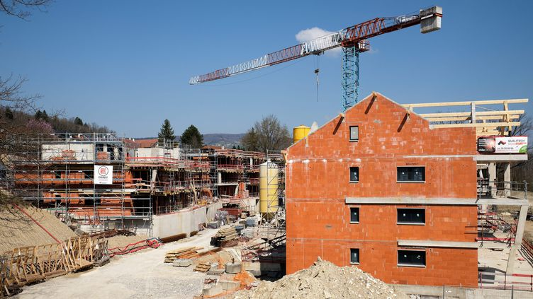 Un chantier à l'arrêt à Poisy enHaute-Savoie, le 26 mars 2020 (photo d'illustration). (GRÈGORY YETCHMENIZA / MAXPPP)
