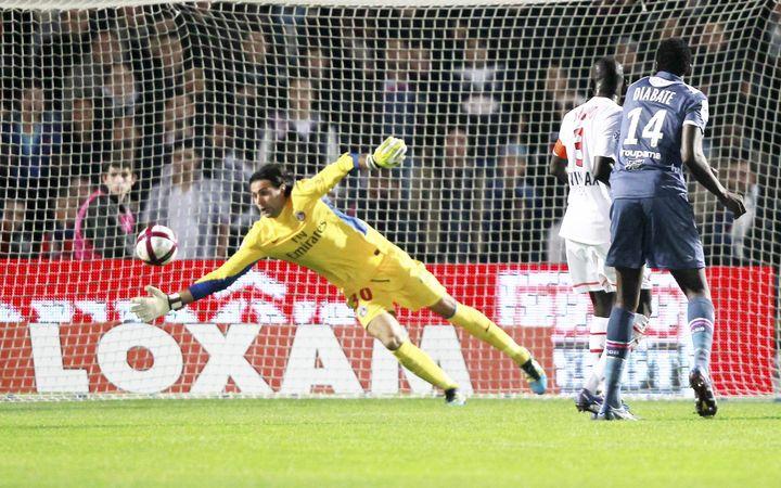 Yoann Gouffran, l'attaquant des Girondins de Bordeaux, décoche une tête qui trompe Sirigu (en jaune) le gardien du PSG. Les deux équipes feront match nul 1-1 à Bordeaux, le 6 novembre 2011. (O. LEJEUNE/ MAXPPP)