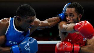 Le Français Samuel Kistohurry, en bleu, face à l'Américain Duke Ragan, en rouge, lors du tournoi olympique de boxe des Jeux de Tokyo, le 24 juillet 2021. (FRANK FRANKLIN II / POOL / AFP)