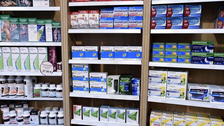 Des substituts nicotiniques en vente dans une pharmacie parisienne en 2017 (photo d'illustration). (STEPHANE DE SAKUTIN / AFP)