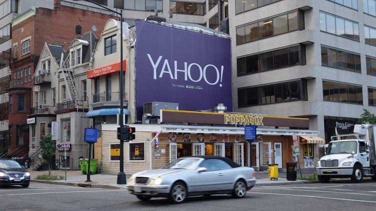 Une publicité pour la société Yahoo! dans les rues de Washington (Etats-Unis), le 5 août 2015. (KAREN BLEIER / AFP)