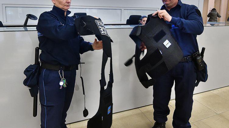 (Les policiers municipaux de Lille enfilent leurs gilets pare-balles (illustration) © Maxppp)