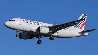Un avion de la compagnie Air France, le 5 février 2019,avant son atterrissage àLondres. (NICOLAS ECONOMOU / AFP)