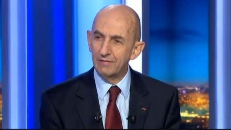 Capture d'écran - Louis Gallois est venu commenter son rapport sur le plateau du JT de 20 h de France 2 ce mardi 5 novembre 2012 dans le journal présenté par Julian Bugier. ( FRANCE 2)