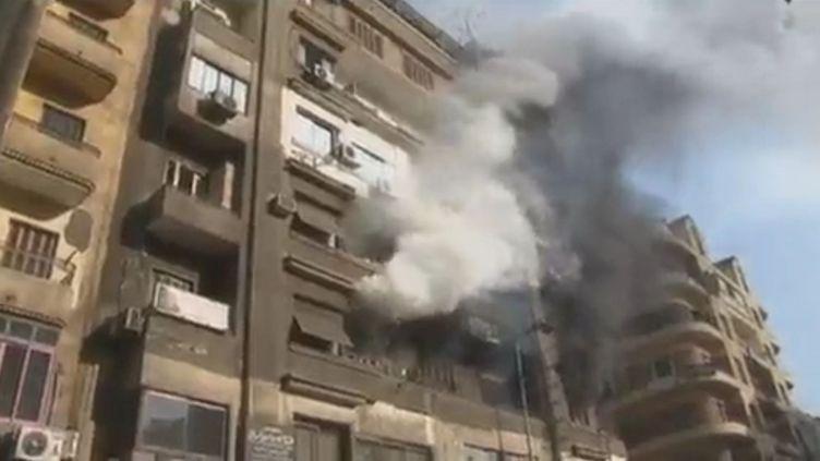 Un incendie s'est déclenché place Tahrir, lundi 21 novembre 2011. (APTN)