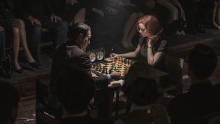 "Beth Harmon (Anya Taylor-Joy) affronte son rival, le champion du monde Vasily Borgov (Marcin Dorocinski), dans la série ""Le jeu de la dame"". (PHIL BRAY/NETFLIX)"