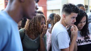 Des lycéens consultent leurs résultats du bac, le 5 juillet 2019 à Saint-Denis de la Réunion (La Réunion). (RICHARD BOUHET / AFP)