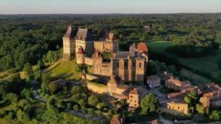 Le 13 Heures du jeudi 1er avril vous offre un bol d'air frais en Dordogne, au cœur du château de Biron et dans les jardins du manoir d'Eyrignac. (France 2)