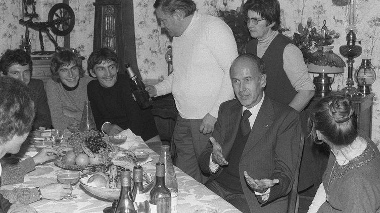 """24 octobre 1975: Valéry Giscard d'Estaing dîne à la table de la familleNehou, à Grossœuvre(Eure). Le président s'est ainsi régulièrement invité chez les Français, souhaitant """"regarder la France au fond des yeux"""". (AFP)"""