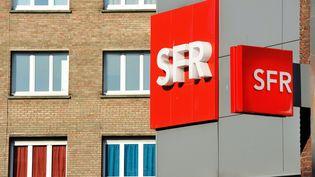 Un logo SFR, le 1er avril 2014, à Dunkerque (Nord). (PHILIPPE HUGUEN / AFP)